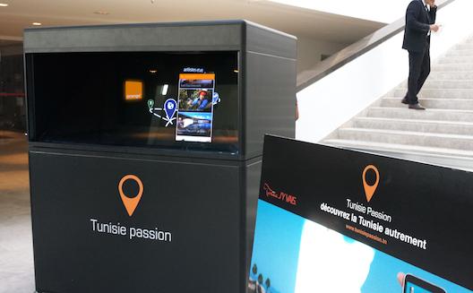 Une borne holographique présente le contenu de l'app Tunisie Passion