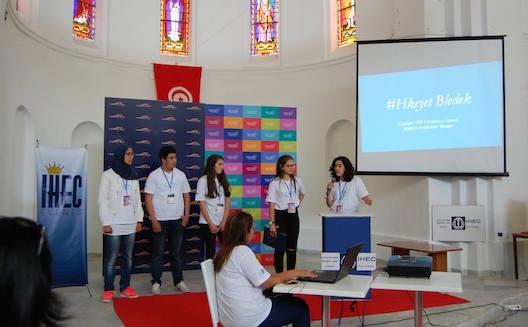 Sara Elloumi (deuxième à droite) et son équipe présente leur projet