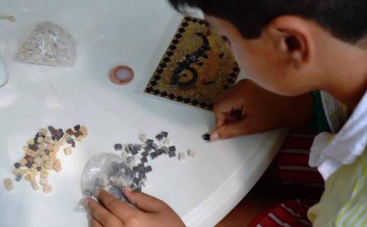 Les enfants apprennent la mosaïque avec Mosaikit