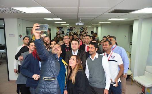 Les participants de l'Arab Mobile Challenge figent ce moment